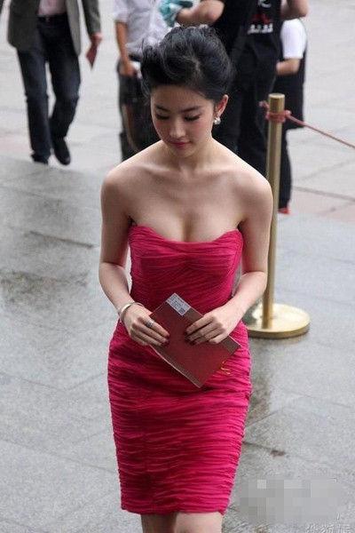 桃红色紧身抹胸超短裙