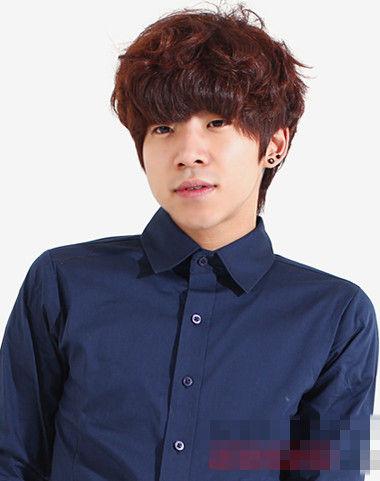 韩范男生发型,微烫之后愈发时尚有型,穿搭黑色的衬衫,尽显男生干净