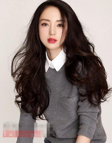 清新飘逸的中长发发型,垂肩的发丝纯美自然,柔顺的黑发尽显少女的图片