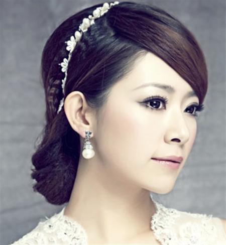 斜刘海盘发,妩媚的妆容,优雅冷艳的新娘气质,飘逸的头纱仙气十足.