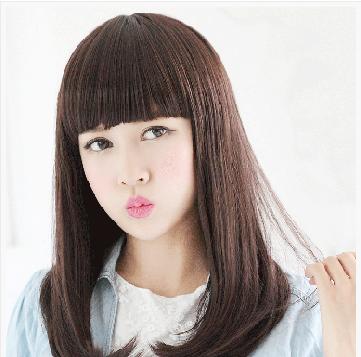 内扣的梨花头发型,是在原先清纯直发的基础上打造而成的,栗色的齐