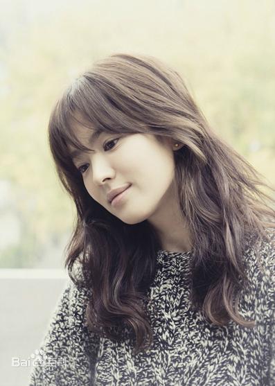 宋慧乔(송혜교),1982年11月22日出生于大邱广域市,韩国影视女演员。1996年,宋慧乔通过模特大赛出道。1997年,她出演长篇喜剧《顺风妇产科》。2000年,宋慧乔出演了《蓝色生死恋》,并获得了KBS的最上镜头奖和人气奖。2001年,宋慧乔出演了《情定大饭店》及《守护天使》两部电视剧。2004年,她转型出演了《浪漫满屋》。2005年开始,宋慧乔开始专注于电影方面的发展,出演《我和我的女友》。2007年,她出演的电影《黄真伊》上映。2008年,她出演电视