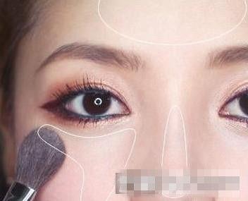 画腮红-粉色腮红扫在苹果肌-韩式精致烟熏妆画法 打造神秘优雅女人味
