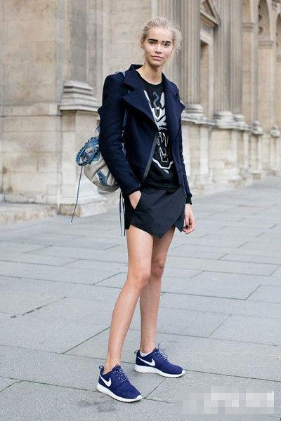 look 5   搭配要点:印花风衣 拼接卫衣 超短裙 黑色过膝袜 白色运动鞋图片
