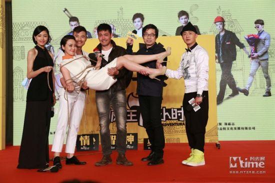 《疯狂72小时》更名定档6.5闫妮回应姐弟恋
