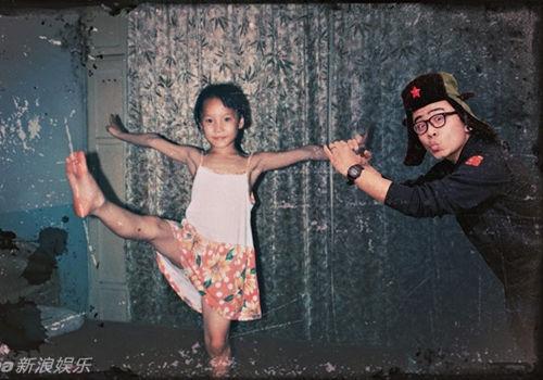 摄影师将自己PS到女友童年照中