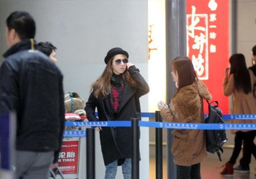 邓紫棋现机场零粉丝接机与友人热聊心情愉悦