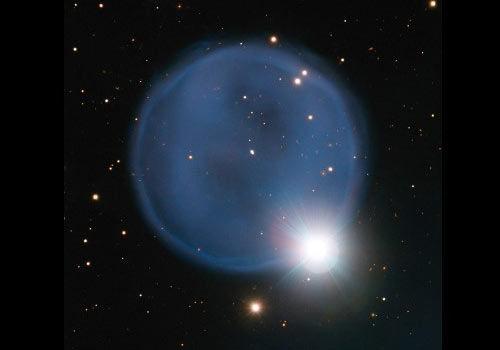 宇宙间最浪漫的事:星云与恒星组成太空钻戒