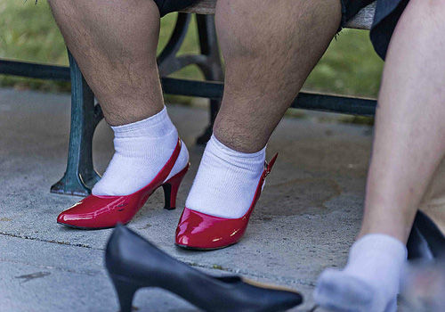 男子穿高跟鞋狂奔比赛硬汉也有娇柔时