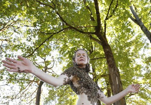 美国女子创作奇葩舞蹈万只蜜蜂爬满上身