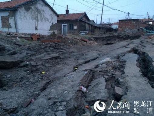 25日以来鸡西市滴道区洗煤街道地下接连发生爆炸,并引发地面塌陷,造成