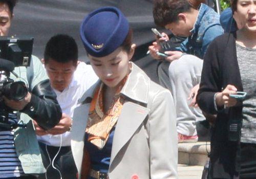 刘亦菲空姐制服拍戏(组图)