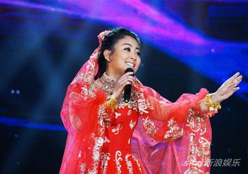 阿鲁阿卓扮维族女郎唱经典与玉米提斗舞