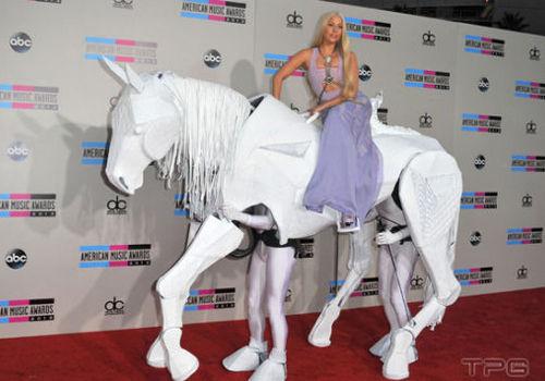 水果姐表演桥段疑抄袭遭Gaga隔空吐槽