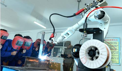 购进两台焊接机器人,并于近日开始在一体化教室向