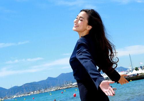 Angelababy享戛纳碧海沙滩女神气质凸显