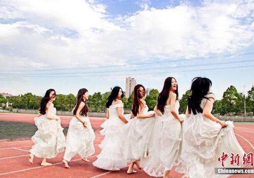 武汉女大学生婚纱毕业照靓丽抢镜(组图)