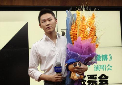 梁博在北京推荐首张大碟签售感谢歌迷支持