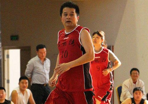 55岁毕福剑打篮球狂揽73分观众:不服不行