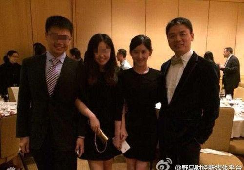 奶茶妹妹现身庆功宴与自己哥大同学一起祝贺