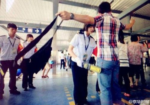 地铁乘客拒绝人机同检拍停安检机(组图)