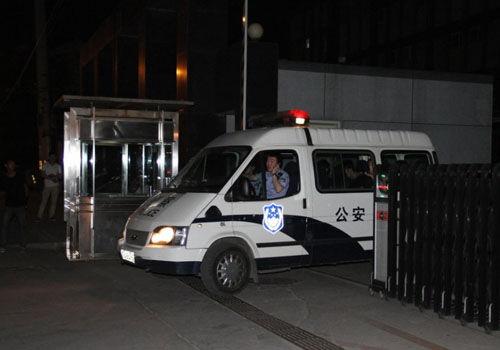 黄海波被拘获释媒体在看守所外等候