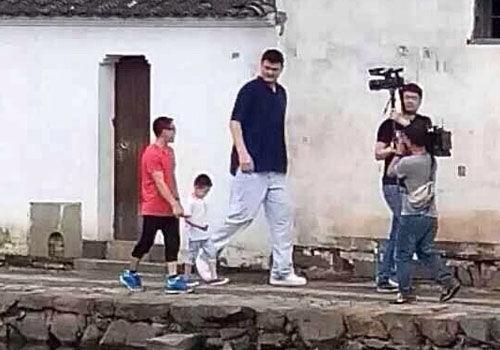 《爸爸2》再爆剧照姚明杨威最萌身高差