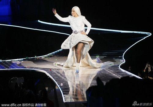 Gaga圣地亚哥开唱现场换装变白发魔女