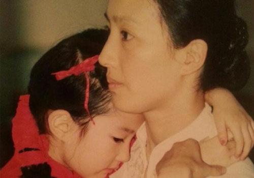 刘亦菲妈妈旧照貌美如花与女儿似姐妹