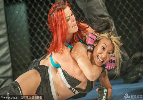 美国办内衣摔跤锦标赛女选手穿内衣肉搏
