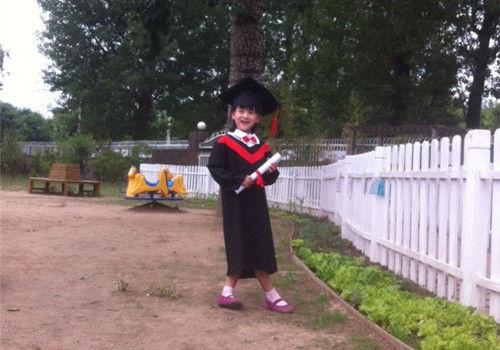 """森碟幼儿园毕业身穿学士服被赞""""少年版赫敏"""""""