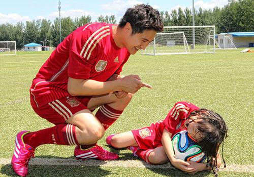 田亮父女踢足球欢乐多森碟变身女汉子