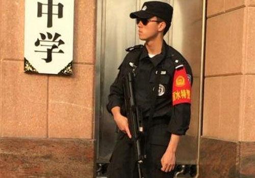 高考执勤特警帅哭网友长腿型男制服范