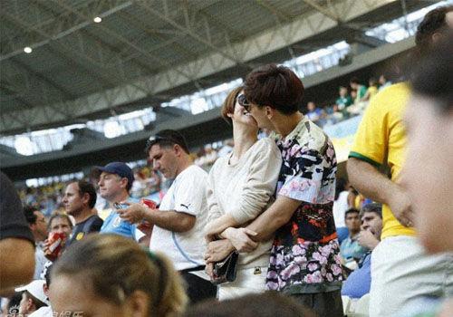 曝戚薇与李承铉热恋巴西看球亲密热吻