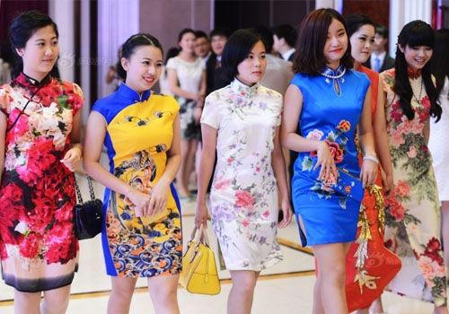 武汉高三学生自筹十万举办毕业晚会