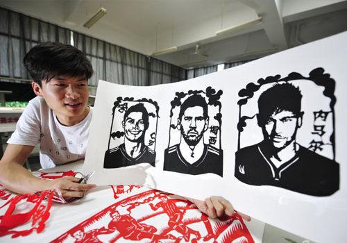 90后剪纸艺人剪出世界杯