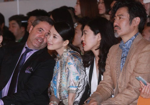 章子怡出席活动与外籍男贴面热聊