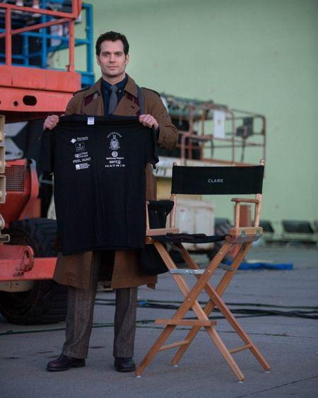 《蝙蝠侠大战超人》曝新图超人帅气登场