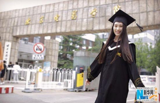 又到一年毕业季。作为毕业这一特殊时刻的标配服装,穿着学士服拍一套毕业照成了毕业生们对学生时代的最好纪念。近日,一组北影女神王婉中的毕业照遭网络曝光。 [上一页] [1] [2] [3] [4] [5] [6] [7] [8] [9] [10]