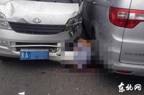 两面包车相撞 二手车市场保安被夹住不幸身亡