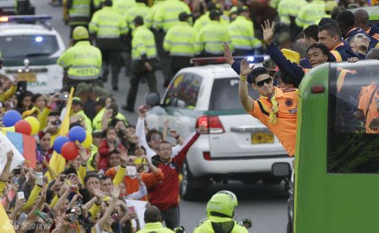 哥伦比亚足球队回国享受英雄待遇