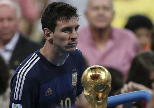 巴西世界杯冠亚军球员这么面对金杯