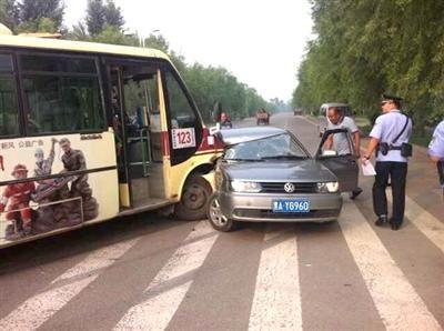 28日哈尔滨一公交车与轿车相撞 有人员受伤高清图片