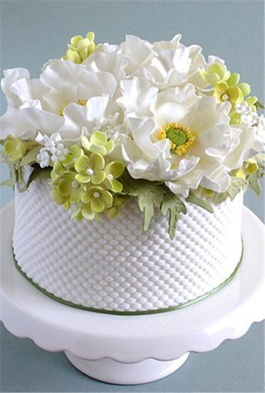 柳条图案的鲜花婚礼蛋糕