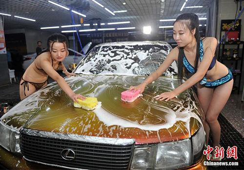 比基尼洗车妹亮相太原妩媚洗车引围观