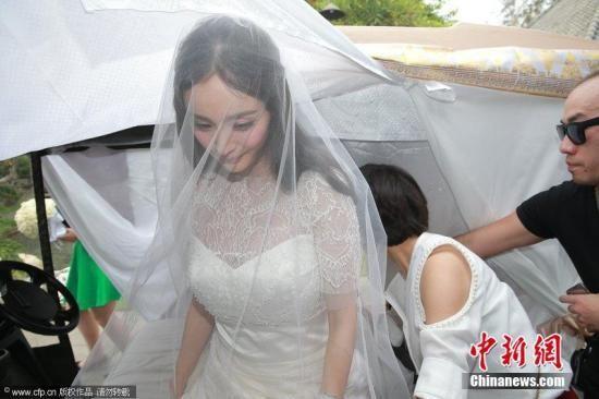 最新一期香港《东方新地》杂志指出,杨幂与刘恺威婚后到香港定居,常与公婆刘丹夫妇发生摩擦,甚至传出杨幂嫌婆家房子小,经常向丈夫摆架子喊搬家。虽然刘恺威出面澄清,两人没有搬家,也没有婆媳纠纷,但报导指杨幂在婆家犹如一家之主,公婆为了孙女小糯米,对她很忍让。   而近日杨幂被拍到与老公外出订蛋糕,似乎是为了庆祝女儿小糯米双满月;但婆婆也被媒体捕捉到,同样是上街购物,却是到传统市场买菜,与帮孙女买尿布,让杨幂婚后的媳妇形象成为媒体的讨论话题。
