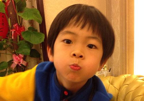 华少7岁儿子帅照曝光气质呆萌似Kimi