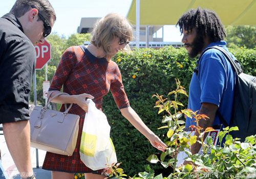 斯威夫特又美又善良掏腰包为街边汉捐钱