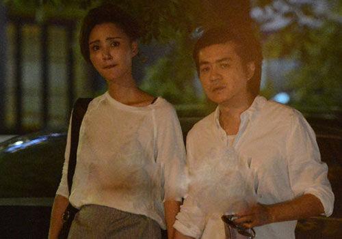 张歆艺与老公牵手压马路共享浪漫晚餐