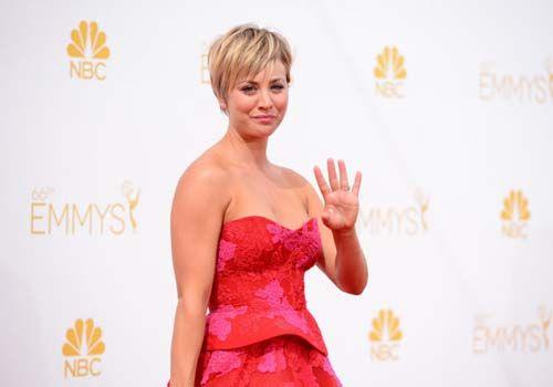 凯莉-库柯红色裹胸蓬蓬裙亮相艾美红毯